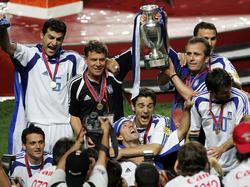 Otto Rehhagel (2.v.l.) führte Griechenland 2004 zum EM-Titel