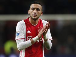 Hakim Ziyech verlaat applaudisserend het veld na afloop van de Eredivisie-topper tussen Ajax en PSV. (18-12-2016)