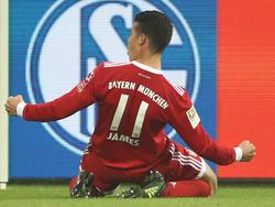 James lässt seine Freude vor dem Schalke-Emblem heraus