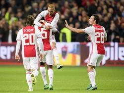 De spelers van Ajax vieren samen met Hakim Ziyech (m.) zijn doelpunt tegen Excelsior. (29-10-2016)