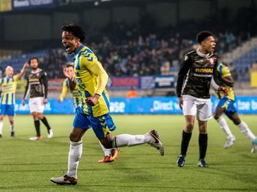 Irvingly van Eijma (l.) kan het niet geloven. Nog geen tien minuten na zijn rentree in de Jupiler League, scoort hij de 1-1 tegen FC Dordrecht. (17-02-2017)
