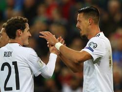 Sebastian Rudy (l.) und Sandro Wagner kennen sich aus Hoffenheim und von der Nationalelf