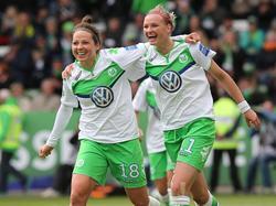 Alexandra Popp (re.) und Vanessa Bernauer bejubeln den Sieg des VfL