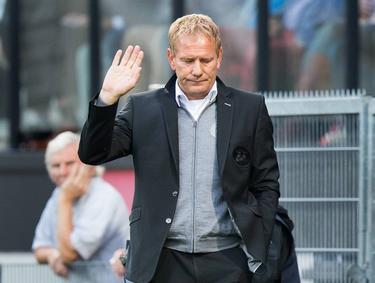 Jan de Jonge maakt een wegwerpgebaar als zijn ploeg weer heeft verloren in de Eredivisie. (30-08-2014)