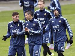 Messi (izq.) charla con Agüero en primer término durante un entrenamiento. (Foto: Imago)