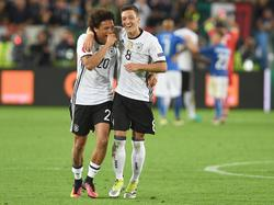 Mesut Özil (r.) lobt Leroy Sané in höchsten Tönen