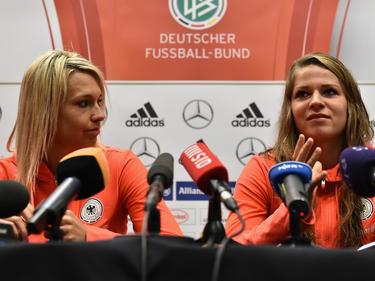 Bundestrainerin Steffi Jones muss auf Lena Goeßling (li.) und Melanie Leupolz (re.) verzichten