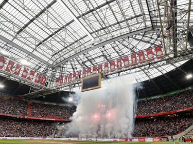 De harde kern van Ajax, F-Side genaamd, bestaat veertig jaar. De Amsterdammers bedanken de supporters met een vuurwerkshow voorafgaande aan Ajax - FC Utrecht. (02-10-2016)