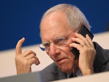 Wolfgang Schäuble ruft die Beteiligten im Fußball zur Mäßigung auf