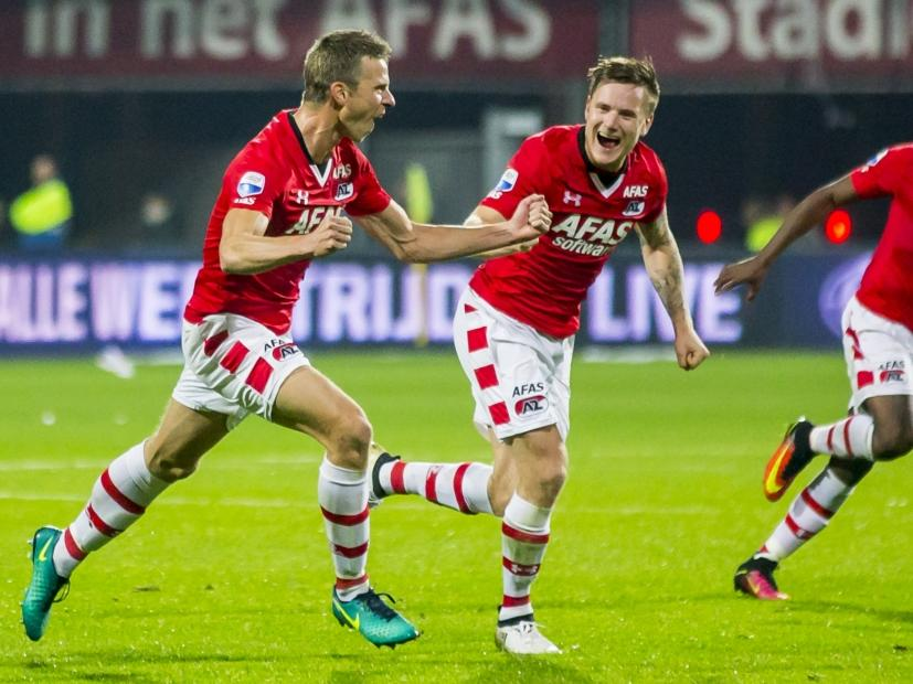 Robert Mühren (l.) rent juichend weg na zijn 2-2 tegen Vitesse. Mattias Johansson (r.) viert het feestje mee. (15-10-2016)