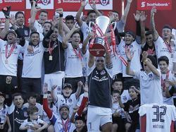 Esteban Paredes alza la copa de campeón para Colo Colo. (Foto: Imago)