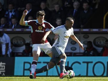 Joey Barton (l.) probeert Anthony Martial (r.) de bal af te pakken tijdens het competitieduel Burnley - Manchester United (23-04-2017).