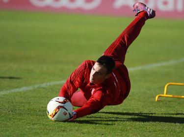 Lazar Carević werkt een proeftraining af bij Bayern München. (10-11-2015)
