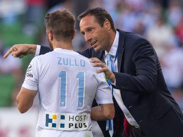 Melbourne City-trainer John van 't Schip (r.) geeft aanwijzingen aan Michael Zullo (l.) tijdens het competitieduel Melbourne City - Central Coast Mariners (21-02-2016).