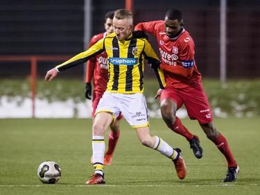 Brem Soumaoro (r.) probeert Lars ten Teije (l.) af te stoppen tijdens het competitieduel Jong FC Twente - Jong Vitesse (16-01-2017).
