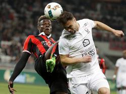 Balotelli lucha el cuero con Da Silva del Caen. (Foto: Getty)