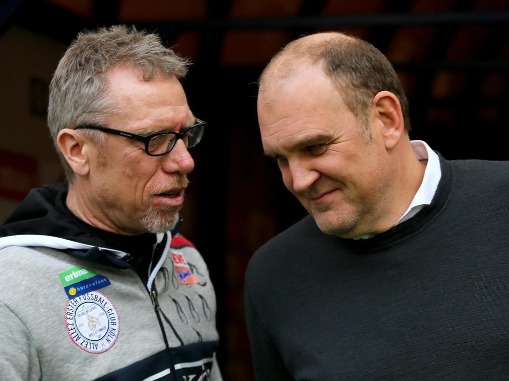 Trainer Peter Stöger (r.) und Sportdirektor Jörg Schmadtke freuen sich auf das Spiel in London