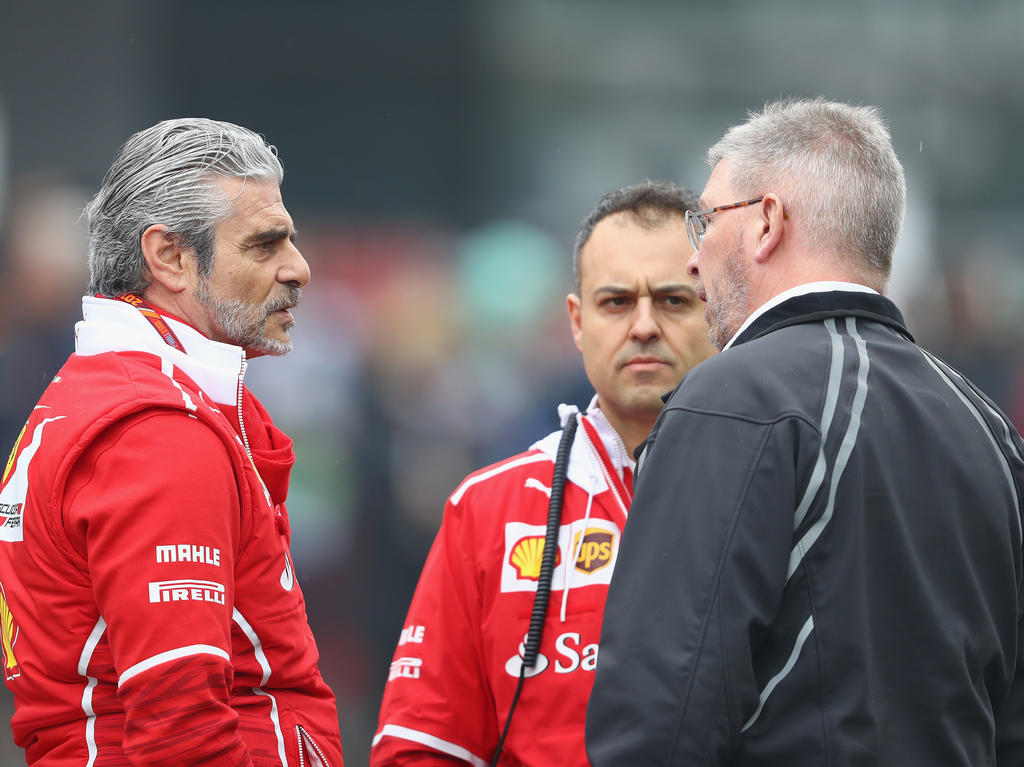 Ross Brawn (r.) möchte sich von Ferrari nicht einschüchtern lassen