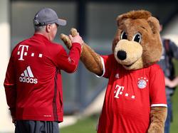 Bayern-Trainer Carlo Ancelotti (l.) klatscht das Maskottchen des Rekordmeisters ab