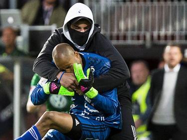 Aly Keita es agredido sobre el terreno de juego en pleno partido. (Foto: Imago)