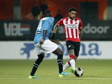 Jürgen Locadia (r.) zoekt Chiró N'Toko (l.) op tijdens het competitieduel Jong PSV - NAC Breda (20-02-2017).