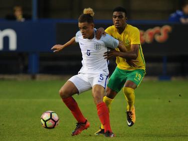 Im Duell mit Englands U18 spielte sich Lyle Foster (r.) in der Fokus