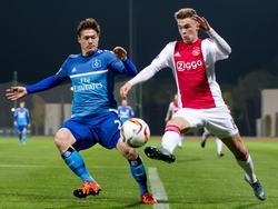 Daley Sinkgraven (r.) probeert behendig Gōtoku Sakai te omspelen tijdens de oefenwedstrijd tussen Ajax en Hamburger SV. (09-01-2016)