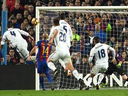 Sergio Ramos (li.) sichert Real in letzter Sekunde einen Punkt gegen den FC Barcelona
