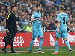 Nicolai Jørgensen moet geblesseerd afhaken in de klassieker tegen Ajax. Michel Kramer neemt zijn plaats in. (02-04-2017)