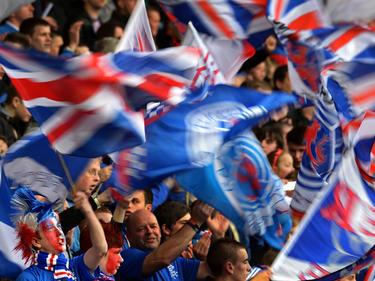 Die Fans des schottischen Rekordmeisters Glasgow Rangers feiern ihr Team während des Viertligamatches gegen die Berwick Rangers (4.5.2013).