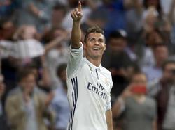 Ronaldo dedica un gol en el Santiago Bernabéu. (Foto: Imago)