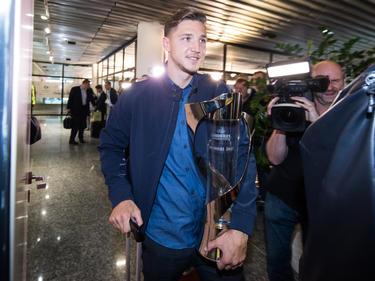Niklas Stark präsentierte stolz den Pokal nach der Rückreise