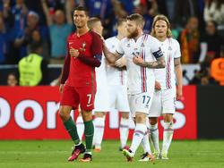 Cristiano Ronaldo (l.) lässt Aron Gunnarsson abblitzen