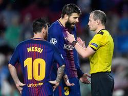 Messi y Piqué protestan al árbitro durante el choque contra el Olympiacos. (Foto: Getty)