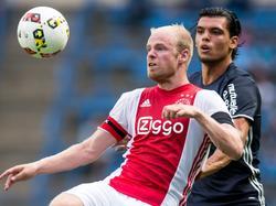 Davy Klaassen (l.) krijgt te maken met landgenoot Karim Rekik (r.) tijdens het oefenduel tussen Ajax en Olympique Marseille. (20-07-2016)