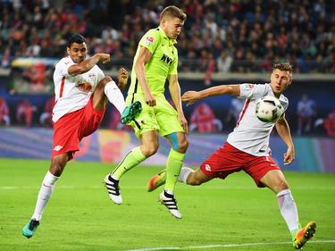 Los defensas del Leipzig frenan a Finnbogason, ex de la Real Sociedad. (Foto: Getty)