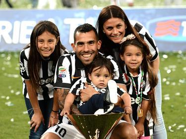 Carlos Tévez junto a su esposa Vanesa y sus tres hijos. (Foto: Imago)