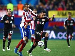 Das letzte Achtelfinale zwischen Atlético und Bayer Leverkusen war umkämpft. Hier im Bild Mario Suárez (links) und Karim Bellarabi.
