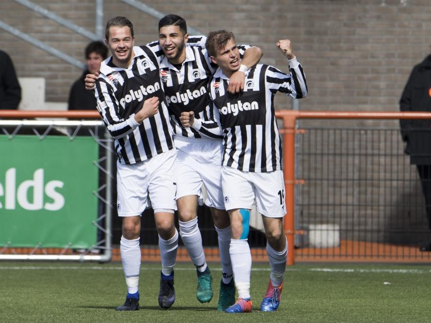 Niek Versteegen (r.) maakt een cruciaal doelpunt tegen FC Volendam. Achilles'29 komt door zijn treffer op 1-2, in de titelstrijd een hele belangrijke driepunter. Boy van de Beek (l.) en Nassim Amaarouk (m.) vieren het feestje mee. (17-04-2017)