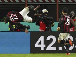 Kevin-Prince Boateng (l.) bejubelt seinen Treffer mit einem Salto