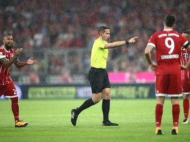Tobias Stieler zeigt nach dem ersten Videobeweis der Bundesligageschichte auf den Punkt