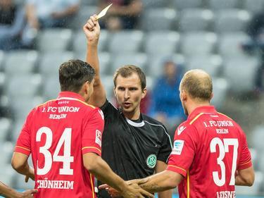 Fabian Schönheim (l.) hat zu unrecht den gelben Karton bekommen