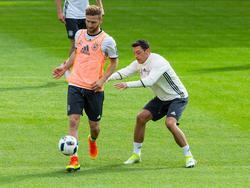 Shkodran Mustafi sprach beim DFB-Team mit Mesut Özil