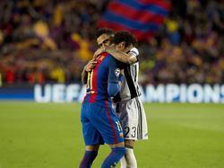 Dani Alves (l.) troost Neymar (r.) na afloop van het Champions League-duel FC Barcelona - Juventus (19-04-2017).