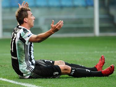 Mario Mandžukić reclama una falta sobre la hierba. (Foto: Getty)