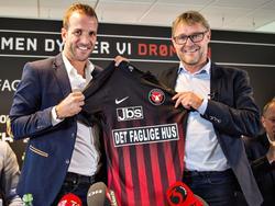 Rafael van der Vaart (l.) wordt gepresenteerd als nieuwe aanwinst van FC Midtjylland. (10-08-2016)