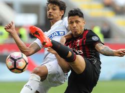 Milans Gianluca Lapadula im Zweikampf mit Udineses Felipe