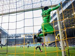 Ajax-doelman André Onana hangt aan de lat tijdens het competitieduel Vitesse - Ajax (19-02-2017).