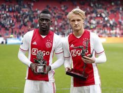 Davinson Sánchez (l.) en Kasper Dolberg (r.) zijn Speler van het Jaar en Talent van het Jaar van Ajax geworden. (07-05-2017)