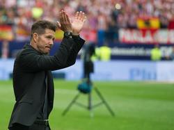 Simeone aplaude a la afición local en el encuentro ante el Athletic. (Foto: Getty)